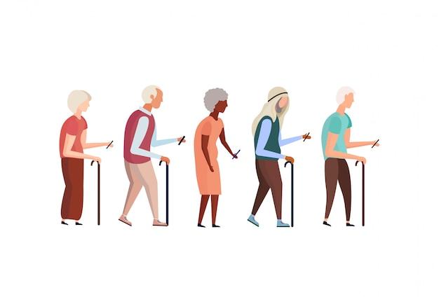 Mix race oude mensen wandelstok met behulp van smartphone ouderen grootvader grootmoeder groep