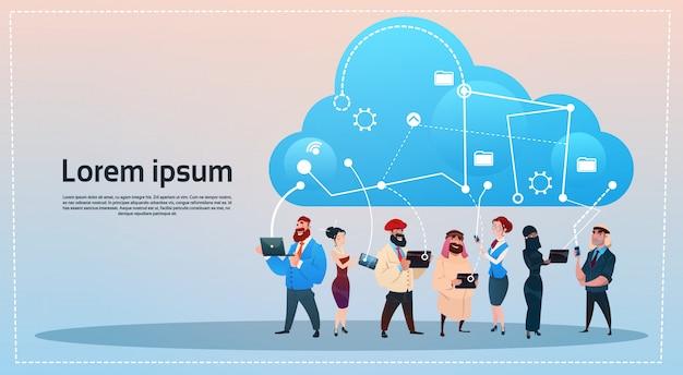 Mix race people group met behulp van gadgets cloud database social network communication concept