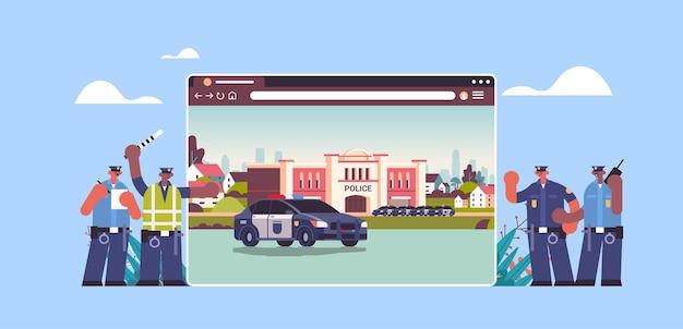 Mix race politieagenten in de buurt van digitale stad politiebureau afdeling gebouw met politie-auto in webbrowservenster horizontaal