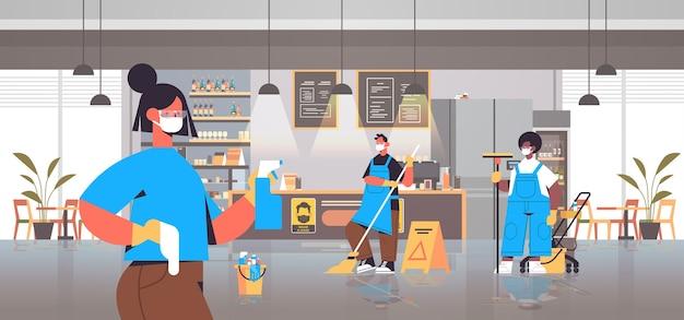 Mix race-reinigers in maskers desinfecteren van coronavirus-cellen in café om covid-19 pandemie te voorkomen schoonmaakdienst desinfectie beheersing van epidemie