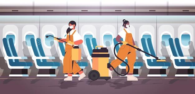 Mix race-reinigers in maskers die coronavirus-cellen in het vliegtuig desinfecteren om covid-19 pandemische schoonmaakservice te voorkomen