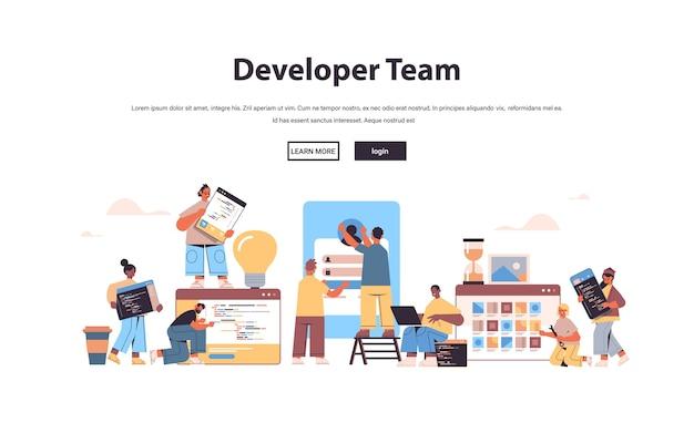 Mix race webontwikkelaars team creëren programmacode applicatie-ontwikkeling software programmeren concept kopie ruimte