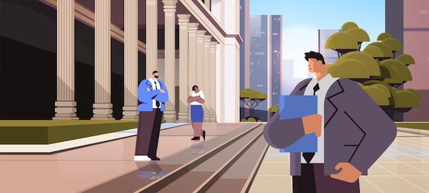 Mix race zakenlieden advocaten permanent in de buurt van overheidsgebouw met kolommen wet en rechtvaardigheid juridisch advies concept stadsgezicht achtergrond horizontaal