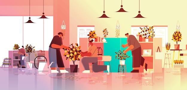 Mix race zakenmensen die voor potplanten zorgen in kantoor tuinieren concept horizontale volledige lengte vectorillustratie