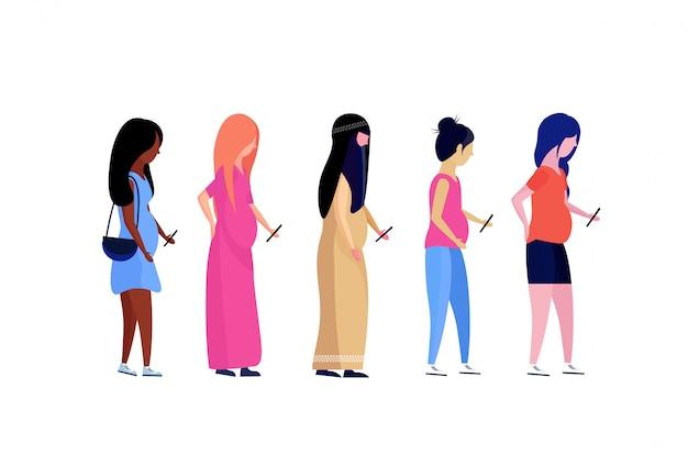 Mix race zwangere vrouw profiel met behulp van smartphone vrouwelijke diversiteit stripfiguur