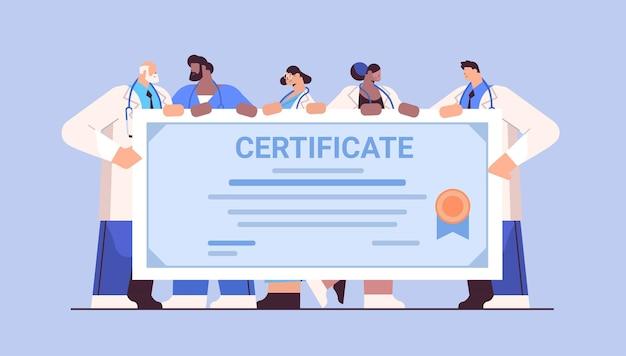 Mix ras afgestudeerde artsen met certificaat gelukkige afgestudeerden vieren academisch diploma diploma universitair medisch onderwijs concept horizontaal volledige lengte