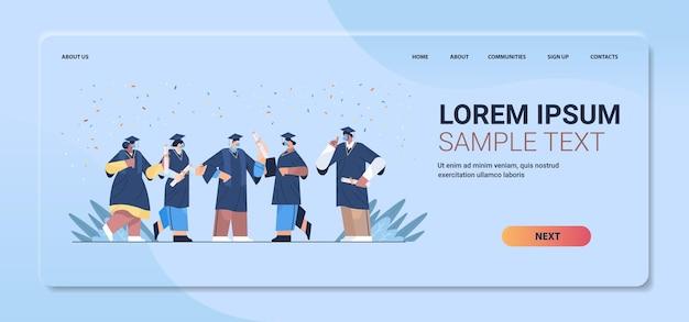 Mix ras afgestudeerde studenten in maskers staan samen gelukkige afgestudeerden vieren academisch diploma diploma onderwijs universitair certificaat
