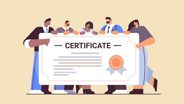 Mix ras afgestudeerde studenten met certificaat gelukkige afgestudeerden vieren academisch diploma graad universitair onderwijsconcept horizontaal volledige lengte