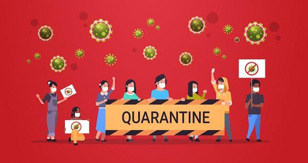 Mix ras mensen in beschermende maskers houden stop coronavirus quarantaine banners epidemie virus concept wuhan pandemie medische gezondheidsrisico volledige lengte horizontaal