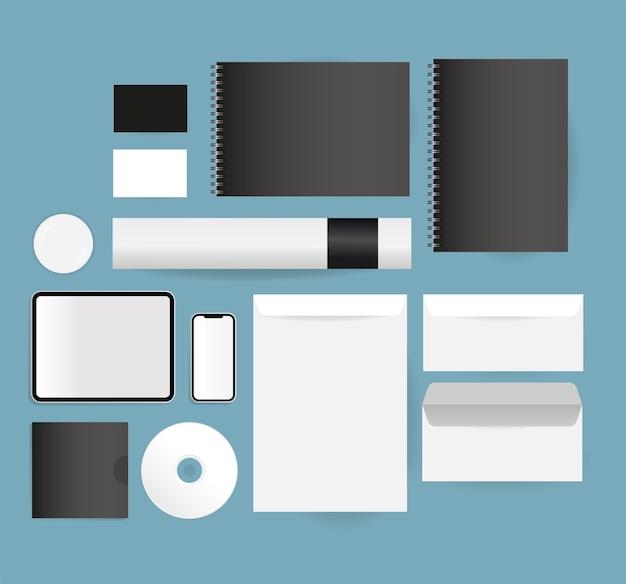 Mockup notebooks tablet smartphone en enveloppen ontwerp van huisstijl sjabloon en branding thema