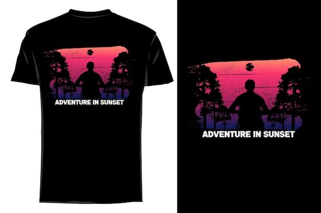 Mockup t-shirt silhouet avontuur in zonsondergang retro vintage