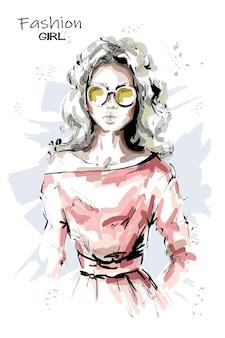 Mode blonde haar jonge vrouw in zonnebril