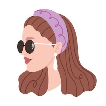 Mode portret van een meisje. modieus meisje met bril en een hoofdband. pareloorring.vintage stijl