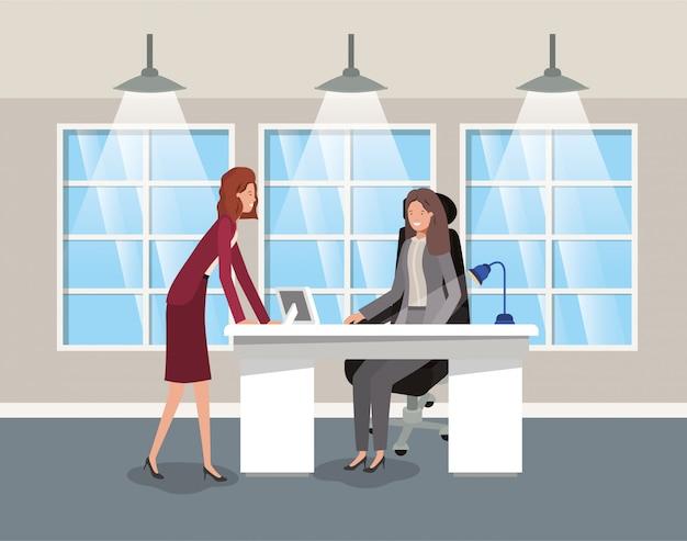 Modern kantoor met zakenvrouw zitten