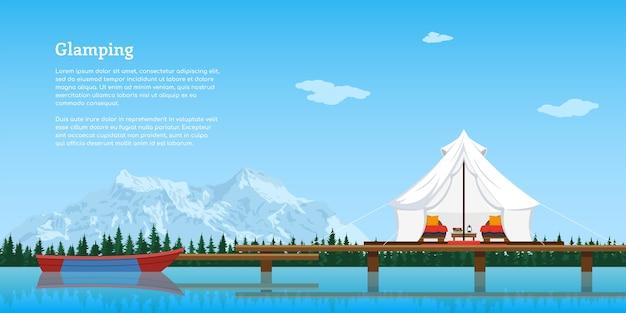 Moderne comfortabele tent en boot op meer, bos en bergen op de achtergrond