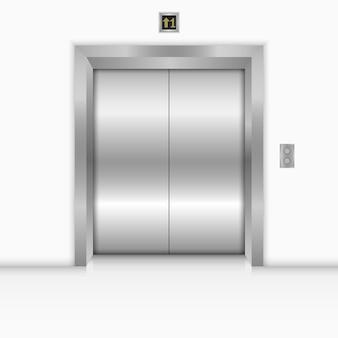 Moderne lift met gesloten metalen deuren