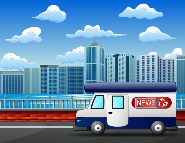 Moderne nieuwsvrachtwagen op stadsweg, mobiel uitzendingsvoertuig