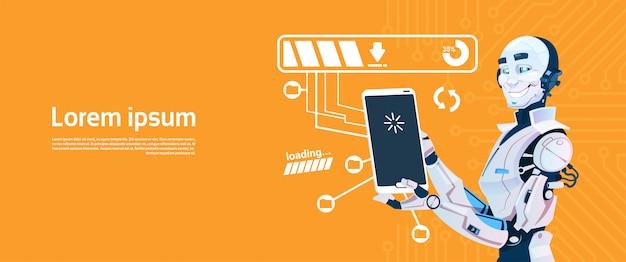Moderne robot met behulp van mobiele slimme telefoon, futuristische kunstmatige intelligentie mechanisme technologie