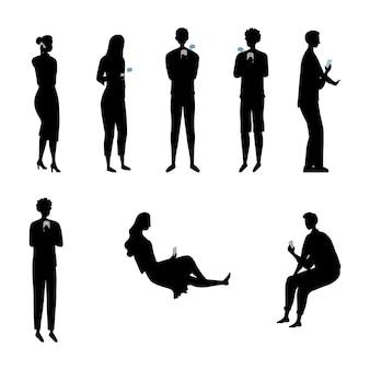 Moderne samenleving concept. set silhouetten van mensen, mannen en vrouwen met gadgets en met behulp van smartphones, tablets voor entertainment en om informatie op internet te vinden.