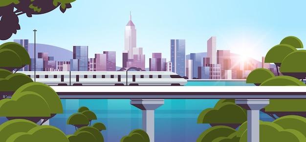 Moderne stad met wolkenkrabbers en monorailtrein op bridge smart city