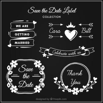 Moderne trouwlabels op schoolbord
