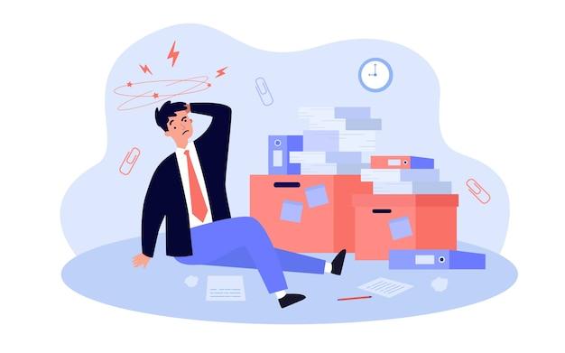 Moe gefrustreerd kantoor man aan het werk tussen stapels papieren, stapels documenten en mappen, hoofdpijn lijden