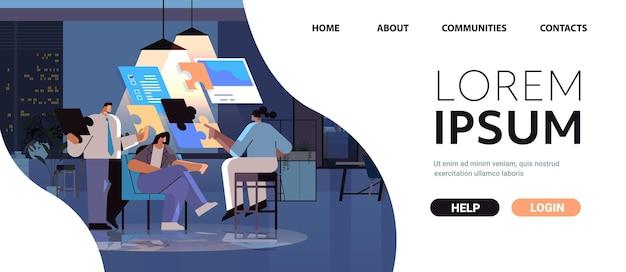 Moe ondernemers team puzzelstukjes in elkaar zetten probleem oplossing teamwerk concept donkere nacht kantoor interieur horizontale volledige lengte kopie ruimte