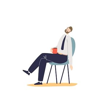 Moe overwerkte kantoormedewerker man slaap zittend op een stoel. gestresste gefrustreerde zakenman burn-out
