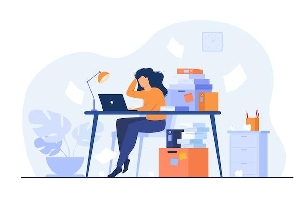 Moe overwerkte secretaris of accountant die op laptop werkt in de buurt van stapel mappen en papieren gooien. vectorillustratie voor stress op het werk, workaholic, drukke kantoormedewerker concept