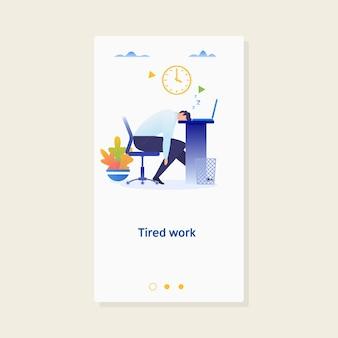 Moe slapende zakenman op het werk.