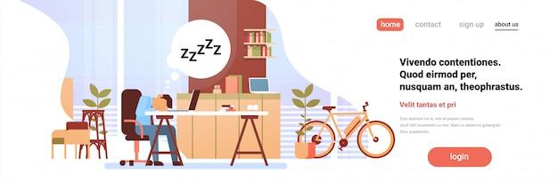 Moe zakenman slapen op de werkplek