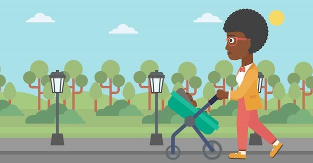 Moeder die met haar baby in wandelwagen loopt.