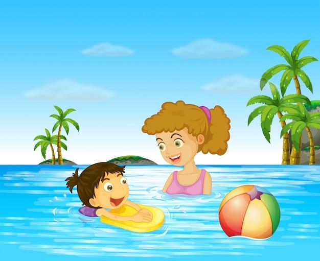 Moeder en kind zwemmen in de oceaan