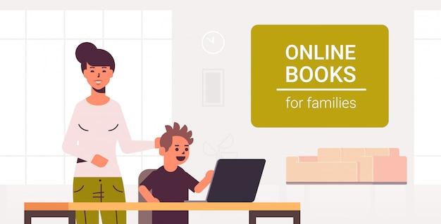 Moeder en zoon met behulp van laptop lezen van online boeken voor familie e-learning vrouw helpt zijn kind om huiswerk te maken moderne woonkamer interieur
