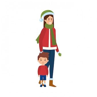 Moeder en zoon met kerst kleding