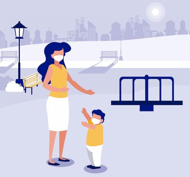 Moeder en zoon met maskers in het park