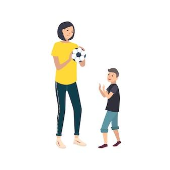 Moeder en zoon voetballen of voetballen. moeder en jongenskind die de activiteit van het sportenspel uitvoeren. schattige stripfiguren geïsoleerd op een witte achtergrond. kleurrijke afbeelding in vlakke stijl