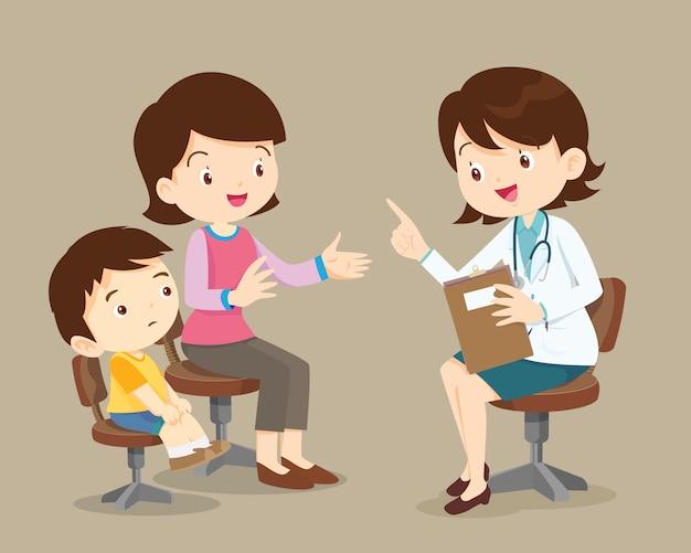 Moeder en zoon zien vrouwelijke arts
