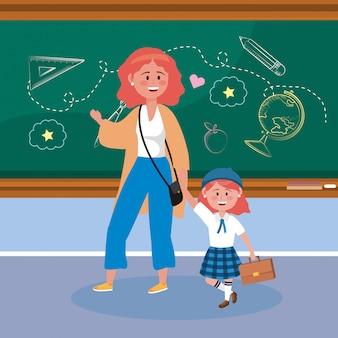 Moeder met haar studente met koffer en schoolbord