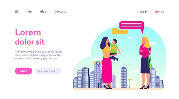 Moeder met zoon ontmoeting met vriendin buitenshuis. praten, tekstballon, lopen in de stad. moederschap, communicatieconcept voor websiteontwerp of bestemmingswebpagina