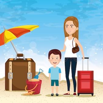 Moeder met zoon op het strand