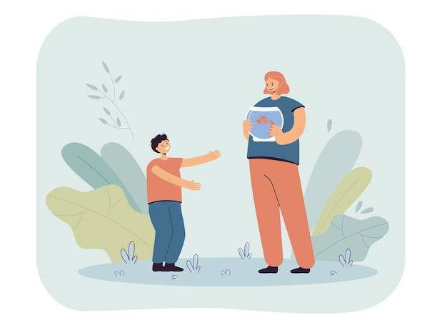 Moeder presenteert goudvis aan zoon