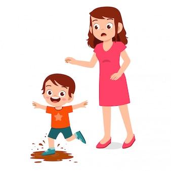 Moeder ziet haar kleine jongen een beetje modder spelen