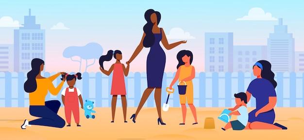 Moeders met kinderen op speelplaats