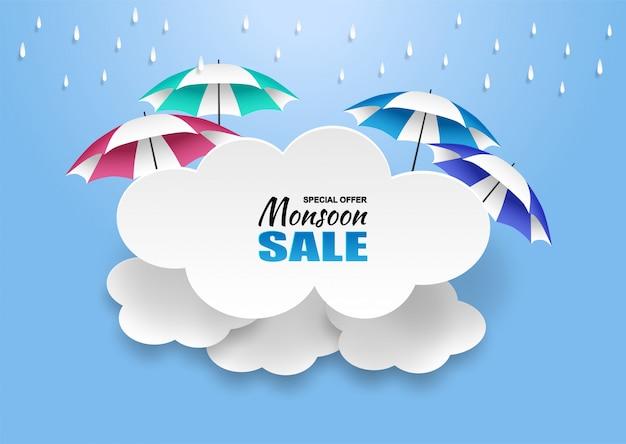 Moesson, regenseizoen verkoop achtergrond. wolkenregen en paraplu op blauwe hemel.