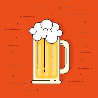 Mok bier met schuim op oranje achtergrond