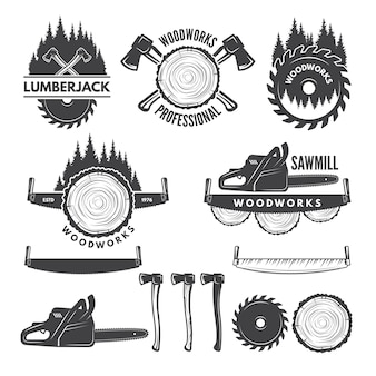 Monochrome etiketten met houthakker en afbeeldingen voor de houtindustrie