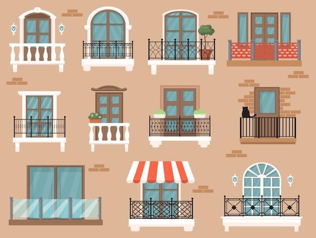 Mooi ingerichte balkon flat set voor webdesign. cartoon vintage ramen met klassiek decor en hekken geïsoleerde vector illustratie collectie. architectuur en gevelconcept
