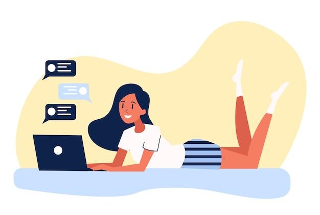 Mooi meisje dat met laptop computer ligt. vrouwelijk karakter