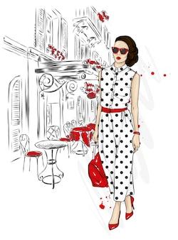 Mooi meisje in een stijlvol pak, schoenen, bril en met een tas. mode en stijl.